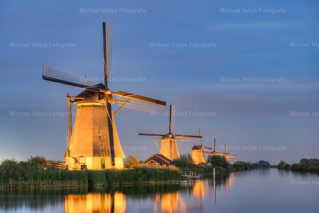 Beleuchtete Windmühlen in Kinderdijk | Einmal im Jahr, im September, werden die Windmühlen in Kinderdijk während der