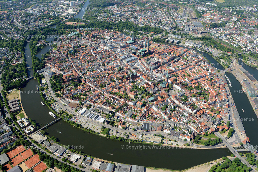 Lübeck_ELS_8374151106 | Lübeck - Aufnahmedatum: 10.06.2015, Aufnahmehoehe: 587 m, Koordinaten: N53°52.514' - E10°42.071', Bildgröße: 6796 x  4536 Pixel - Copyright 2015 by Martin Elsen, Kontakt: Tel.: +49 157 74581206, E-Mail: info@schoenes-foto.de  Schlagwörter;Foto Luftbild,Altstadt,HolstenTor,Kirche,Hanse,Hansestadt,Luftaufnahme,