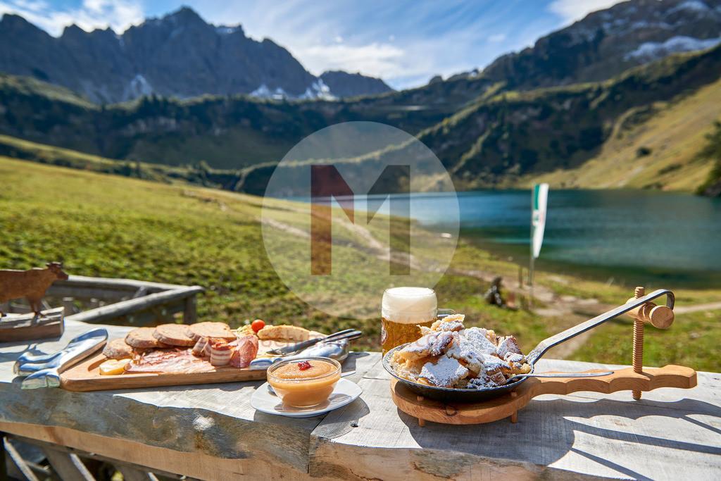 Typisches Essen auf der Almhütte Traualpe, Kaiserschmarrn und Brettljause