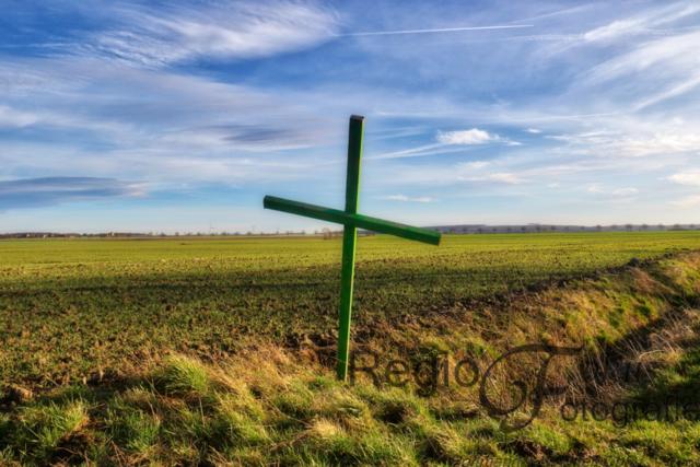 Grünes Kreuz der Mahnung | Stiller Protest der Bauern gegen das Agrarpaket der Bundesregierung. Die grünen Kreuze auf den Feldern sind eine Mahnung an die Gesellschaft. Wo wären wir ohne unsere Bauern?