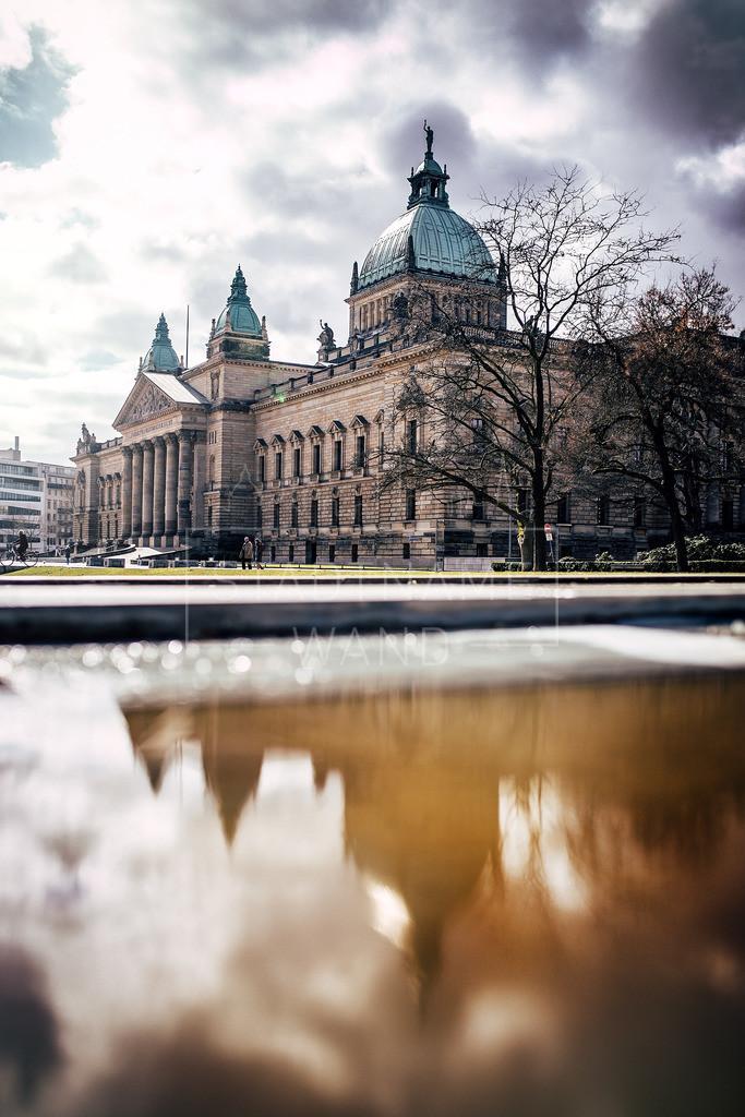 Bundesverwaltungsgericht Spiegelung | Wenn der Regen sich über die Stadt legt, entstehen im Spiegelbild seiner Pfützen fantastische Motive.