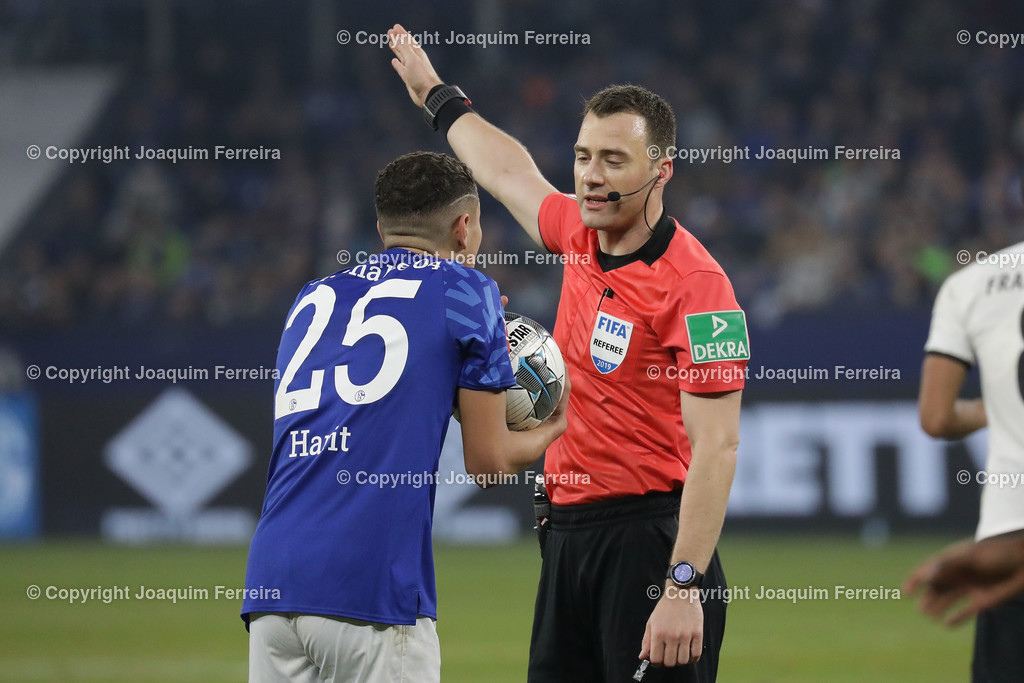 191215_schvssge_0069   15.12.2019 Fussball 1.Bundesliga, FC Schalke 04 - Eintracht Frankfurt  emspor  v.l.,  Amine Harit (FC Schalke 04) reklamiert, Referee, Schiedsrichter Felix Zwayer  (DFL/DFB REGULATIONS PROHIBIT ANY USE OF PHOTOGRAPHS as IMAGE SEQUENCES and/or QUASI-VIDEO)