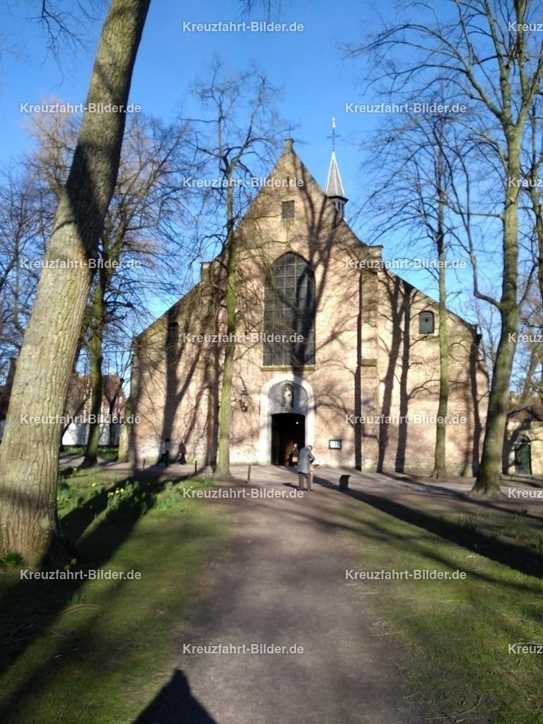 Beginenhof und Kirche | Blick aus dem Beginenhof in Brügge