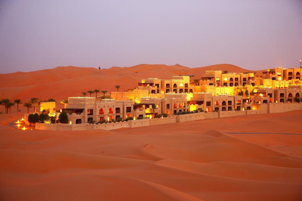 Wuestenhotel | WŸsten-Luxus Hotel Anantara Qasr Al Sarab. Nahe der Oase Liwa, in  der Empty Quarter genannten Sandwueste Rub Al Khali. Im Stil eines Wuestenforts gebautes Hotelresort in Mitten von hohen Sandduenen. Ca 150 Kilometer von Abu Dhabi gelegen. Abu Dhabi, Vereinigte Arabische Emirate.