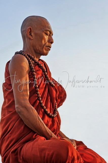 1540002-Meditation-rechtsJWA_240   Meditation am goldenen Fels in Burma