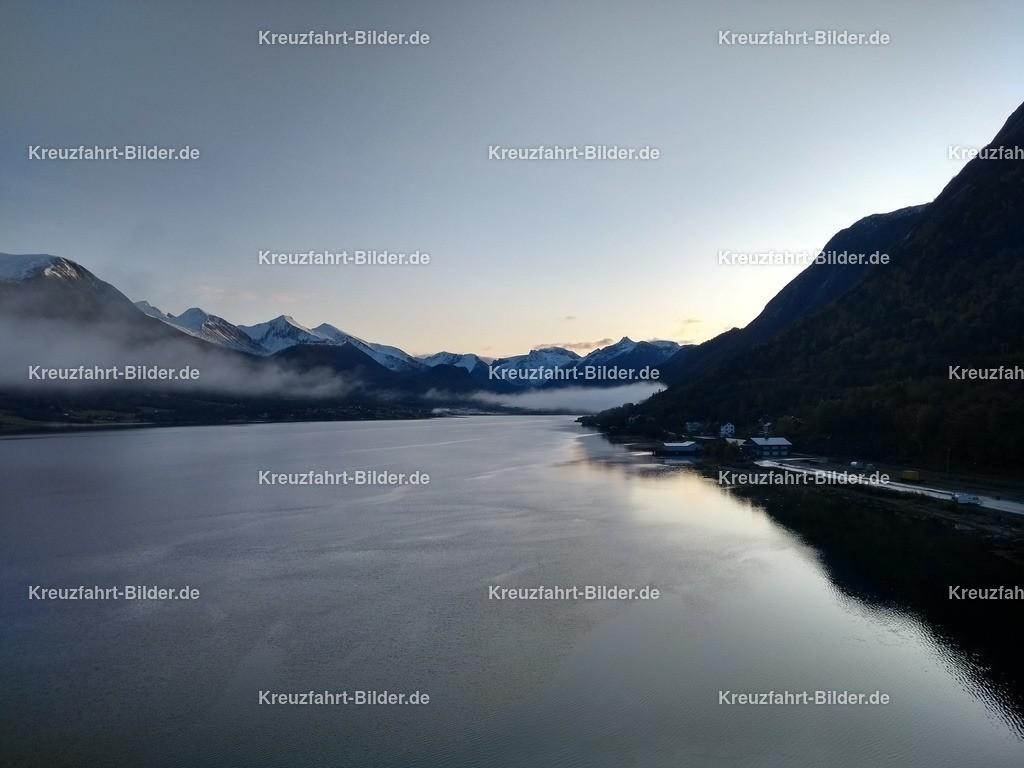 Fjord vor Andalsnes am Morgen II | Der Fjord vor Andalsnes am Morgen