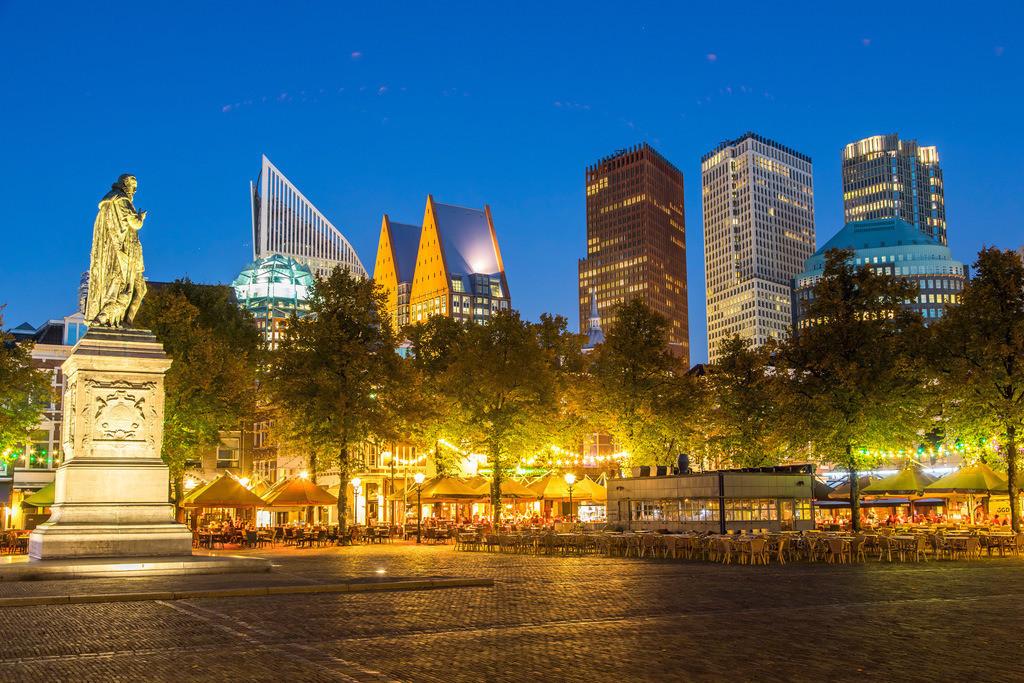 JT-161017-258 | Skyline des Geschäftsviertels von Den Haag, Niederlande, Plein Patz in der Innenstadt mit vielen Bars, Restaurants, Cafés, Kneipen, Denkmal von Willem van Oranje,