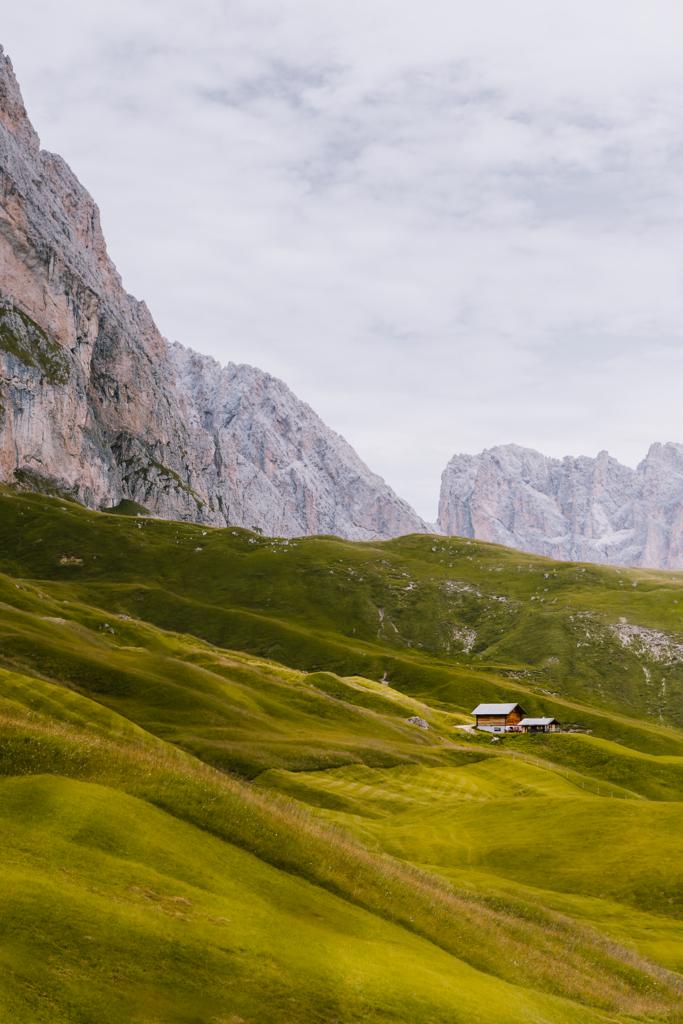 Leuchtendes Almenland | Die spektakuläre Landschaft im Naturpark Puez-Geisler in den Südtiroler Dolomiten erinnert an ein grün-goldenes Wellenmeer.