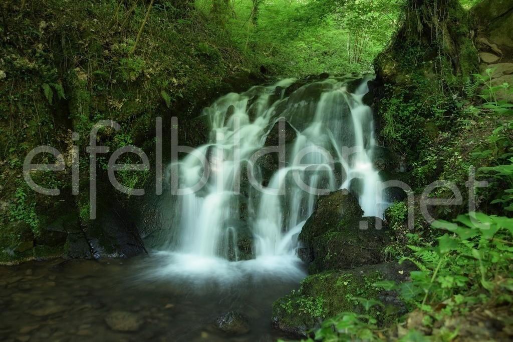 Wasserfall an der Elfengrotte | idyllische Stimmung am Wasserfall