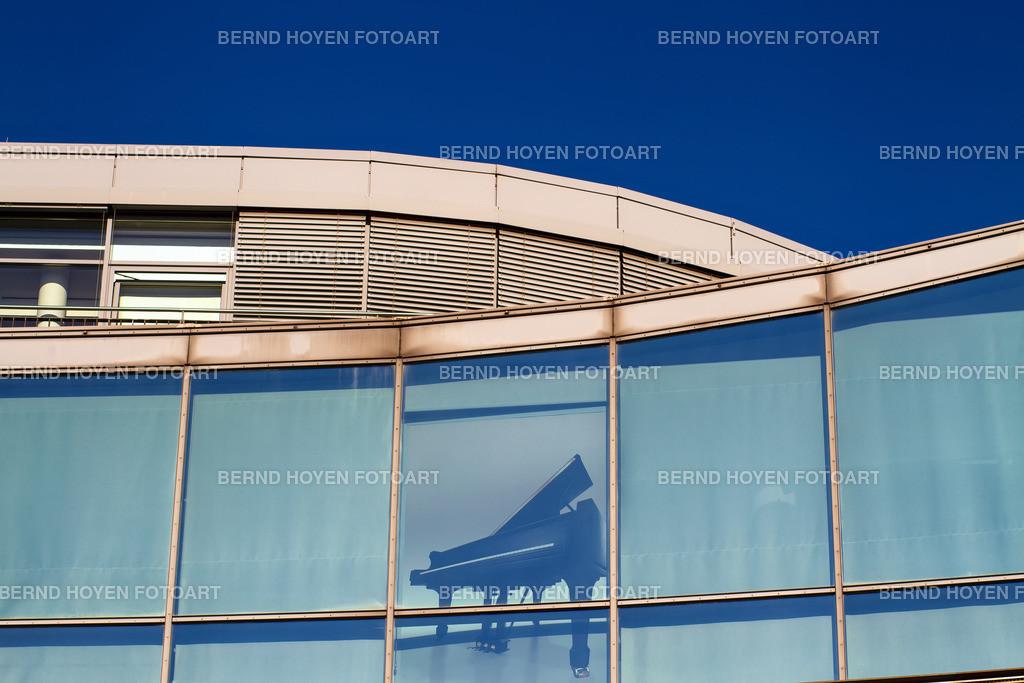 house music | Foto einer modernen Hausfassade in Berlin, Deutschland / digital leicht nachbearbeitet. | Photo of a modern house facade in Berlin, Germany / digitally slightly reworked.