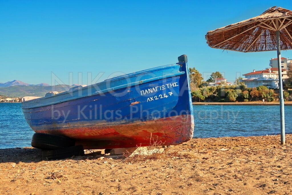 Boot am Strand   Ein Boot am Strand von Chalkida auf der griechischen Insel Euböa.
