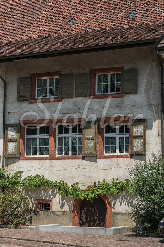 Wohn- und Posamenterhaus, Ziefen (BL)   Ehemaliges Posamenterhaus (1750), im Mitteldorf, Ziefen im Kanton Baselland.