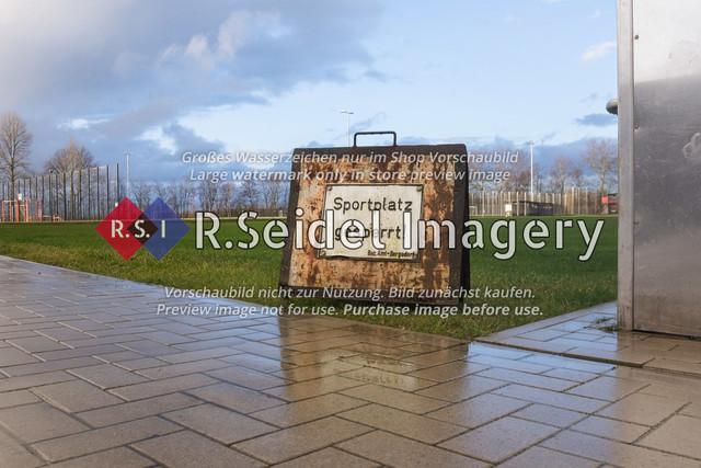 Sportplatz gesperrt! – Bezirksamt Bergedorf | rostiges Hinweisschild zur Sperrung des Rasenplatzes wegen starker Regenfälle