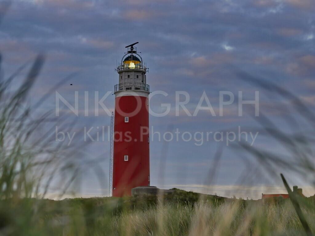 Leuchtturm von Texel   Der Leuchtturm von Texel liegt am nördlichen Ende der niederländischen Nordseeinsel Texel. Seit 1927 wird der Leuchtturm elektrisch betrieben. Im November 1864 wurde der Leuchtturm mit Petroleum-Brennern in Betrieb genommen. Das Leuchtfeuer blinkt zweimal im 10-Sekunden-Takt und ist ca. 29 Seemeilen sichtbar.