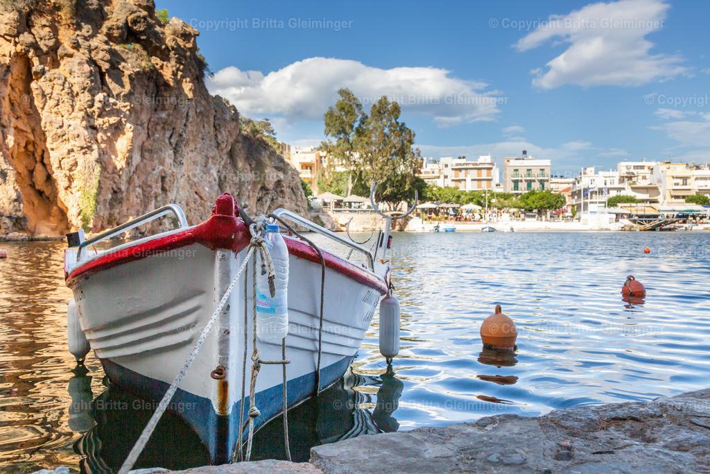 Fischerboot in Agios Nikolaos | Urlaub in Griechenland, wer träumt nicht davon? In Agios Nikolaos hat man einen typischen griechischen Ort direkt am Meer, dass in den Ort hineinspült und in der Mitte einen See bildet. Kleine Yachten und Fischerboote tummeln sich darin. Urlaubsfeeling pur.