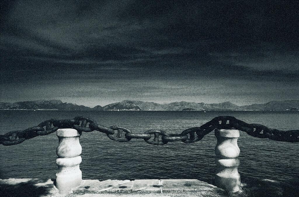 buena vista | Begrenzungskette auf zwei Steinsäulen, buena vista, Mallorca