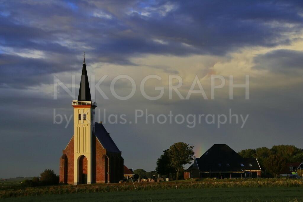 Kirche von Den Hoorn - Texel | Die Kirche von Den Hoorn vor dem wolkigen Abendhimmel der malerischen Nordseeinsel Texel. Die markante Kirche mit dem weißen Turm ist das Wahrzeichen des Dorfes Den Hoorn auf der Nordseeinsel Texel.