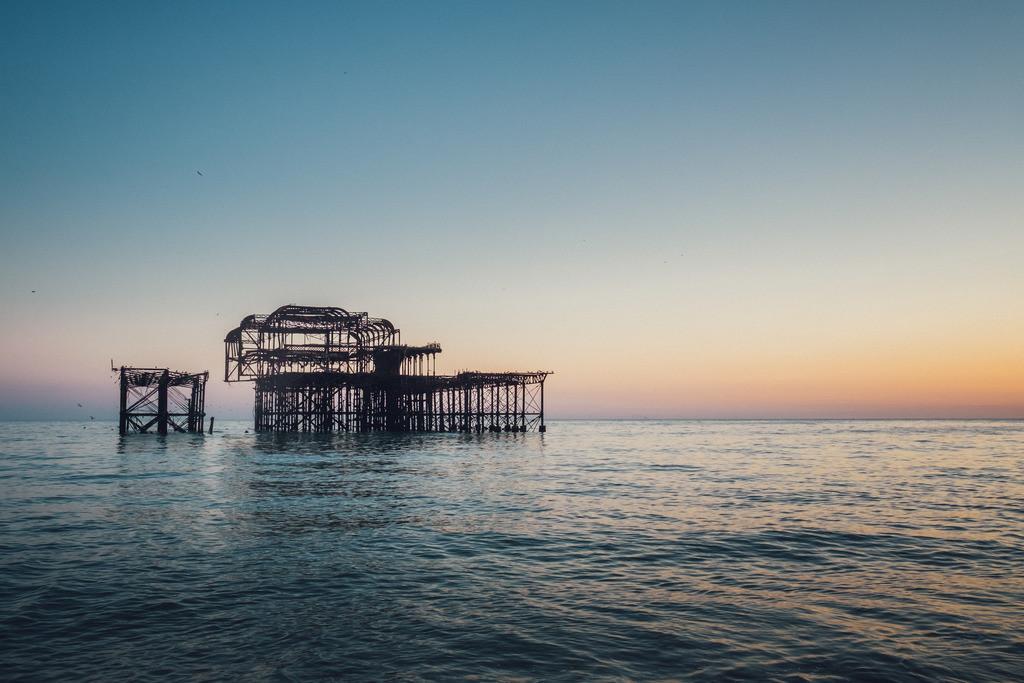 Brighton | abgebranntes West Pier am Meer in Dämmerung, Brighton, England, Südküste