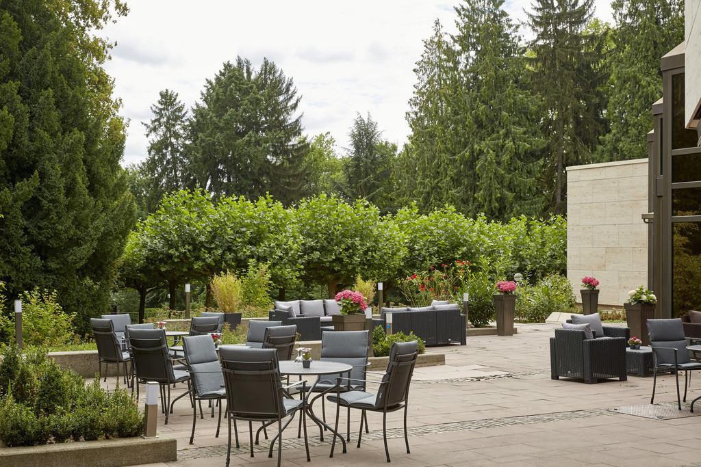 terrasse-02-hplus-hotel-bad-soden