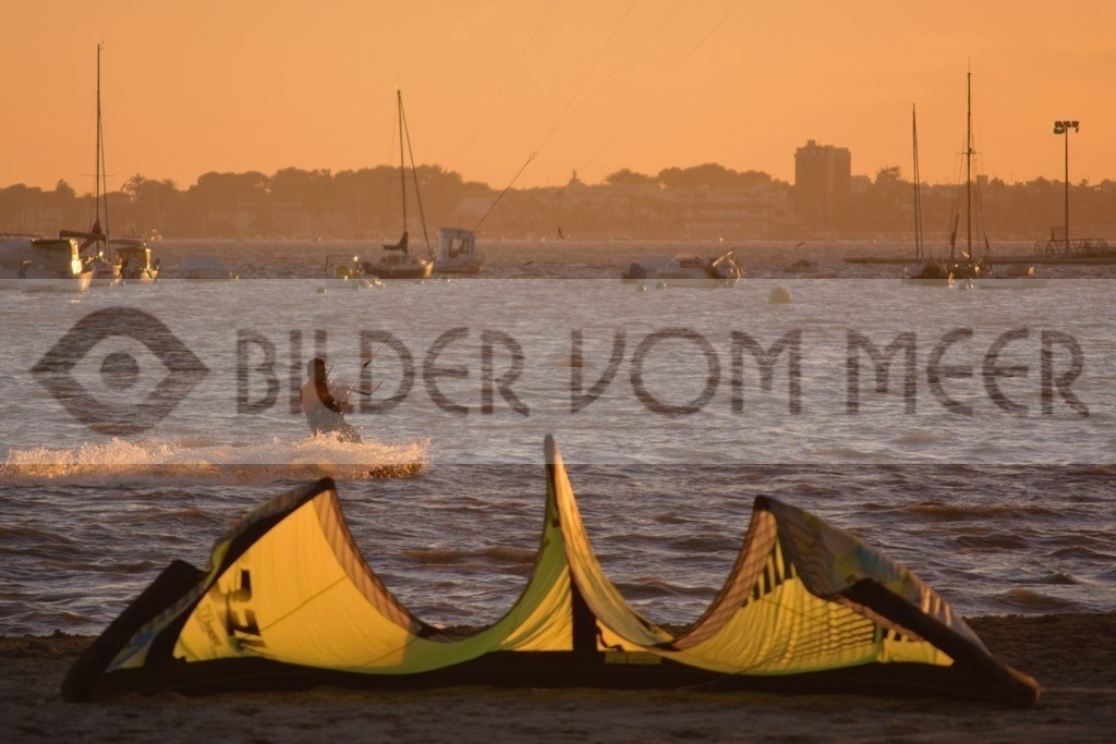 Strand Bilder Kitesurfen bei Sonnenuntergang | Kite Surfer am Mar Menor in Spanien