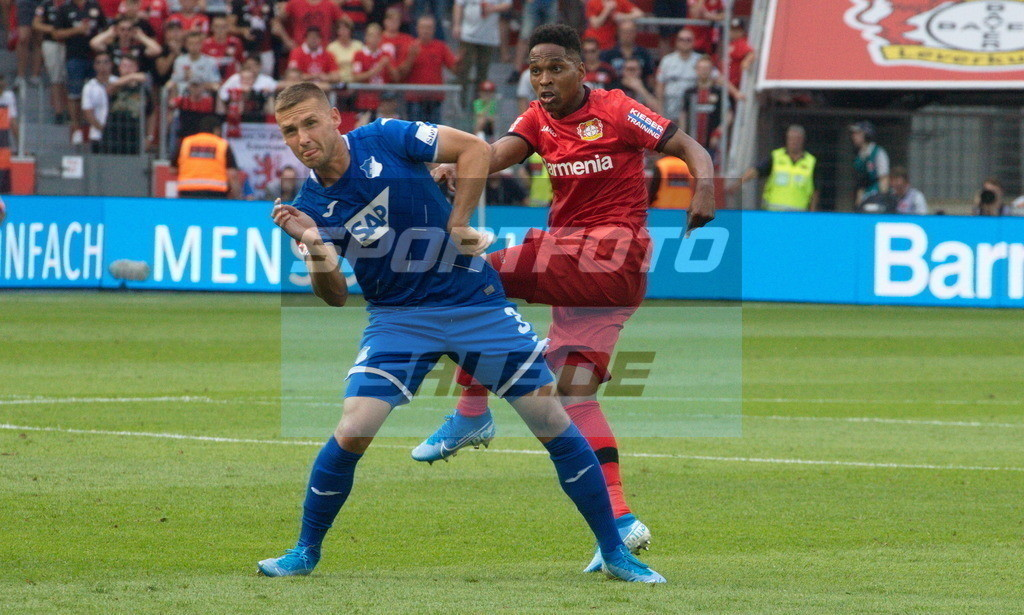 Bayer 04 Leverkusen - TSG 1899 Hoffenheim | Pavel Kaderabek (vorne) bedrängt von Wendell