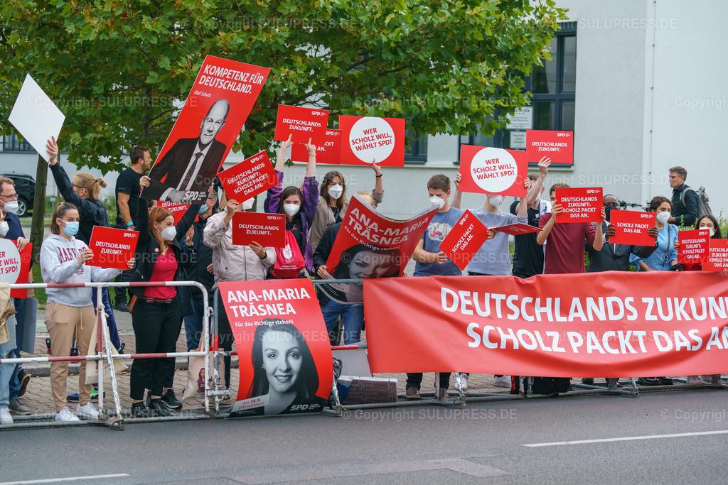 TV-Triell 2021 von ARD und ZDF in Berlin   Berlin, das Pressezentrum zum 2. TV-Triell Dreikampf ums Kanzleramt, dieses Mal von ARD und ZDF. Im Studio Berlin Adlershof, traten die Kanzlerkandidaten und die Kanzlerkandidatin zum zweiten Schlagabtausch an. Unterstützt wurden die drei Kontrahenten von Parteifreunden, weiteren Prominenten und Fans der jeweiligen Lager. Im Bild: Unterstützer der SPD mit Schildern und Banner.