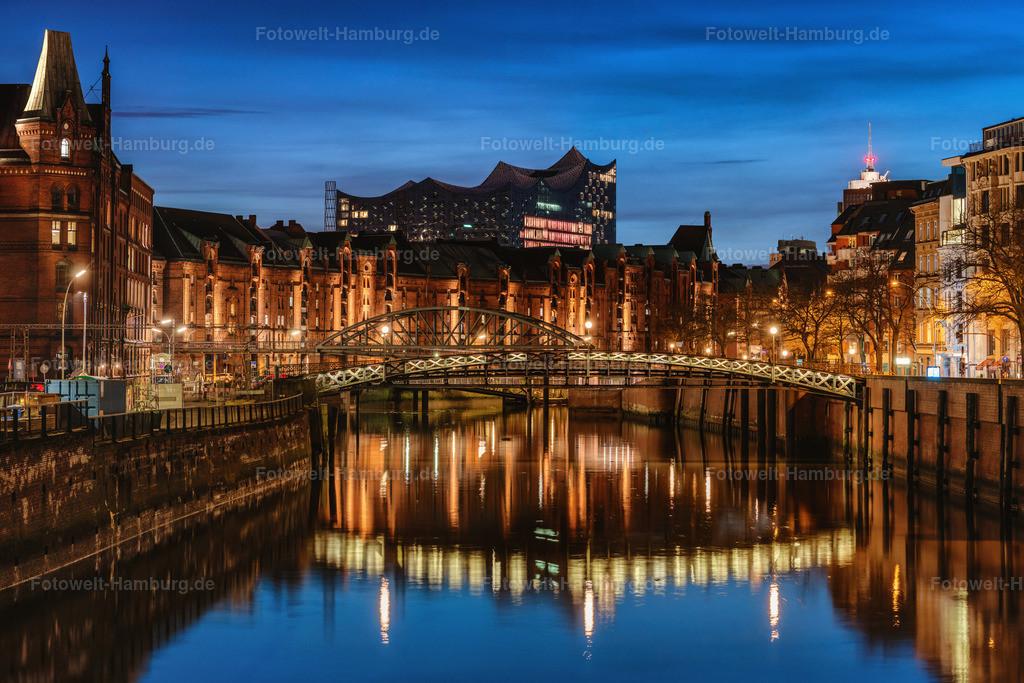 10210413 - Elbphilharmonie und Speicherstadt zur blauen Stunde | Blick über den Zollkanal auf die Speicherstadt und die Elbphilharmonie