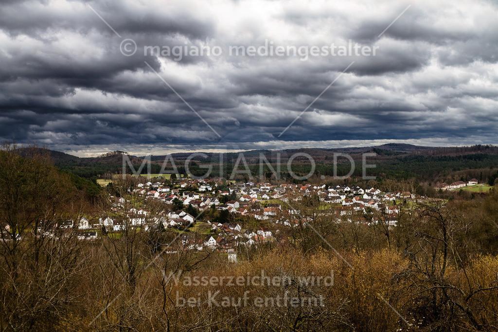 Blick auf Eppenbrunn von Ober der Windeldell mit aufziehenden Gewitterwolken
