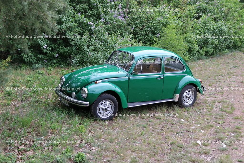 VW Käfer 1302 Limousine 2 Türen, 1970-72   VW Käfer 1302 Limousine 2 Türen (Typ 1 bzw. Typ 11), Farbe: Grün, Modell 1971/72, Bauzeit des 1302:  1970-72, luftgekühlter 4-Zylinder-Boxer-Motor im Heck verbaut, Hubraum 1285 cm³, Leistung 44 PS bei 4100 U/min, Heckantrieb, Vmax. 125 km/h, Volkswagen VW Typ 1 (Typ 11 = Standardversion Linkslenker), Hersteller: Volkswagen AG, BRD, Deutschland