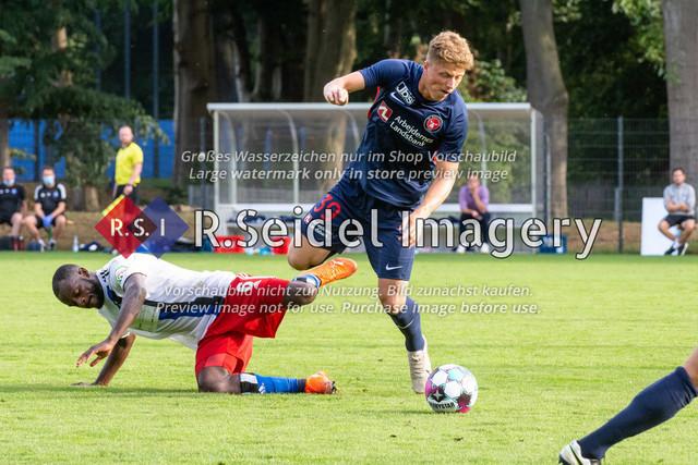 Fußball, Herren, Testspiel, Hamburger SV - FC Midtjylland, HSV-Trainingsplatz am Volksparkstadion, 20.08.2020 | David Kinsombi (#6, HSV), Victor Torp (#39, Midtjylland)
