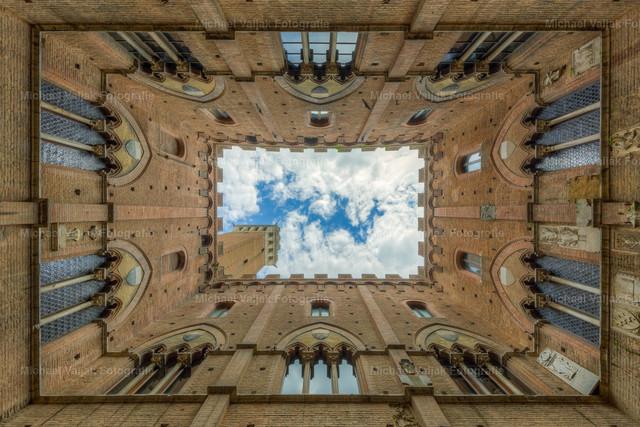 Palazzo Pubblico in Siena | Blick nach oben im Innenhof des Palazzo Pubblico in Siena.