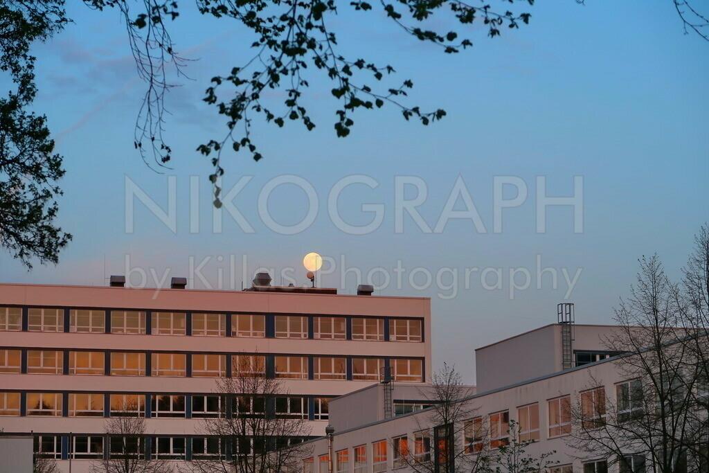 Fachhochschule Iserlohn | Die Fachhochschule in Iserlohn, mit dem Vollmond im Abendlicht.