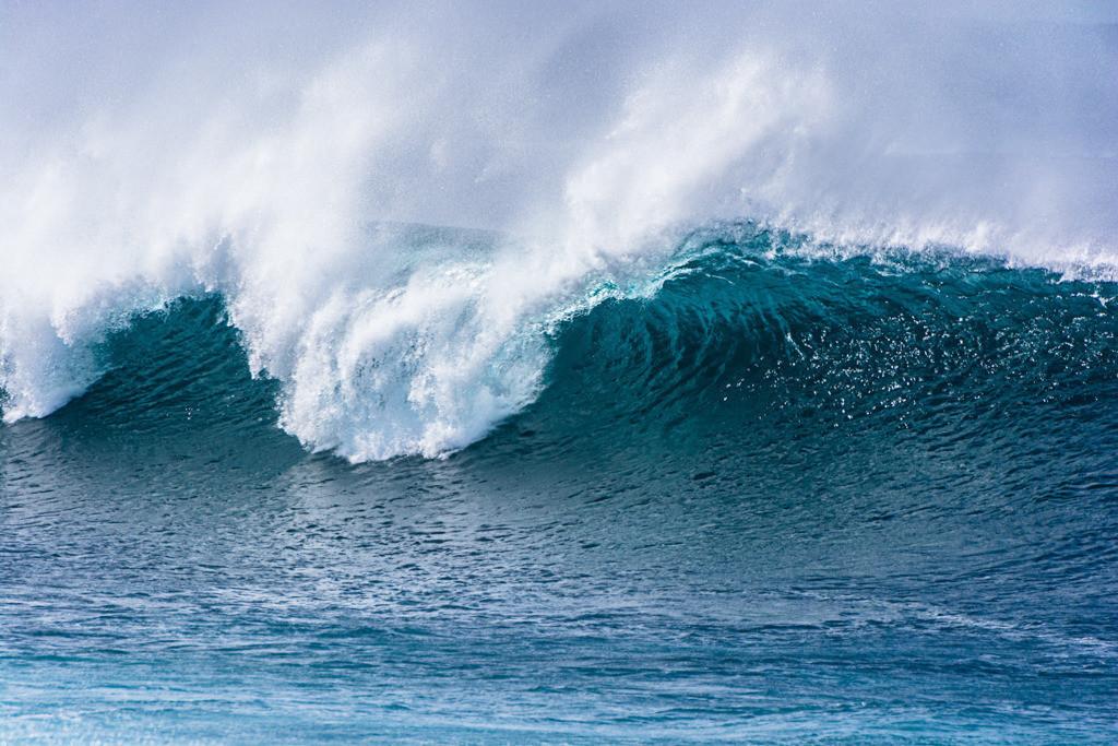Best. Nr. wasser02   Türkisfarbene Welle vor der Küste von Lanzarote   Das Element Wasser steht mit dem Norden in Verbindung, seine Farben sind blau, blauviolett und schwarz, seine Form ist wellig oder tropfenförmig oder unregelmäßig. Wasser passt sich jeder Form an und formt doch diedie Umgebung. Es steht in Verbindung mit Kommunikation, Übermittlung von Ideen und den Künsten, daher eignen sich die Motive besonders für Kreativagenturen und das Umfeld der (digitalen) Medien, zu Hause sind das Badezimmer aber auch das Arbeitszimmer typische Orte, an denen Wasserbilder eingesetzt werden können.