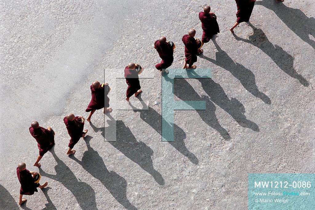 MW1212-0086   Myanmar   Mandalay   Meditative Fotos   Mönche beim Almosengang in Mandalay  ** Feindaten bitte anfragen bei Mario Weigt Photography, info@asia-stories.com **