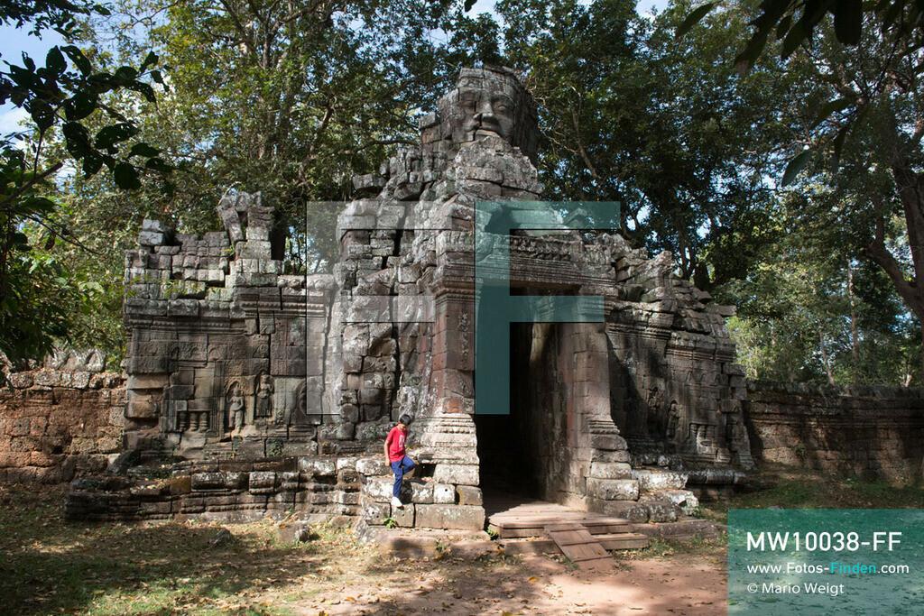 MW10038-FF   Kambodscha   Siem Reap   Reportage: Sombath erkundet Angkor   Sombath am Steintor vom Tempel Banteay Kdei.  Der achtjährige Sombath lebt in Kambodscha im Dorf Anjan, sechs Kilometer westlich von Siem Reap entfernt. In seiner Freizeit nimmt ihn manchmal sein Onkel in die berühmte Tempelanlage von Angkor mit. Besonders mag er die riesigen Wurzeln der Kapokbäume, die auf den alten Mauern wachsen. Seine Lieblingstempel in Angkor sind Ta Prohm, Banteay Kdei und Preah Khan.  ** Feindaten bitte anfragen bei Mario Weigt Photography, info@asia-stories.com **