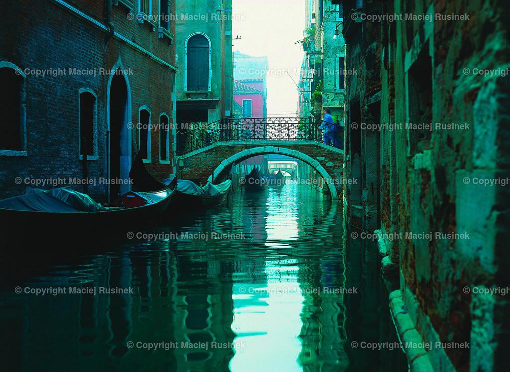 Venedig_2 | Venedig Kanal Aufnahme auf konventionellen Dia Film Material von Fuji Velvia Prof im Jahr 1992, mit Mittelformat Kamera 4,5x6 cm, hochauflösend gescannt,
