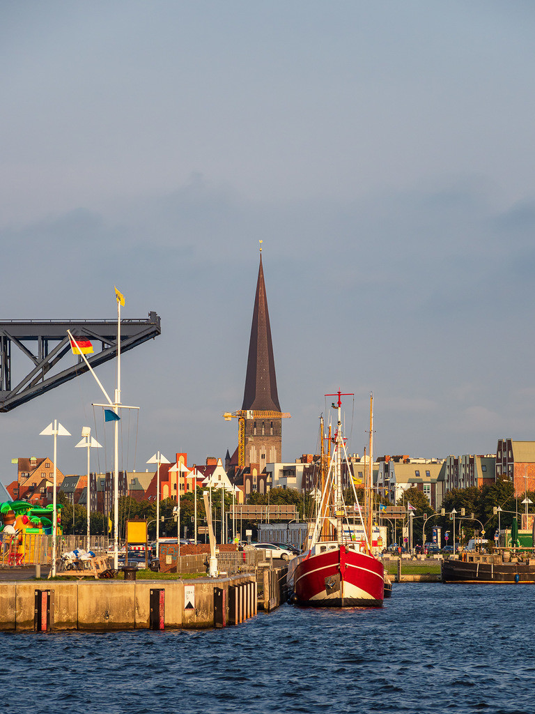 Blick auf den Stadthafen und die Petrikirche in der Hansestadt Rostock | Blick auf den Stadthafen und die Petrikirche in der Hansestadt Rostock.