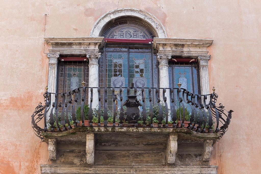 Alter Balkon mit Buntglasfenstern