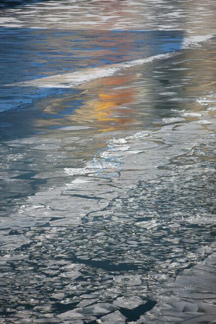 Vereister Neckar Detail Wasser und Eisplatten | DEU, Deutschland, Filderstadt, 12.01.2012, Vereister Neckar Detail Wasser und Eisplatten © 2012 Christoph Hermann, Bild-Kunst Urheber 707707