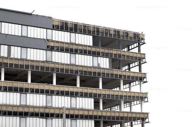 Abbruch eines Bürogebäudes | Ein Gerippe eines ehemaligen Bürogebäudes (freigestellt).