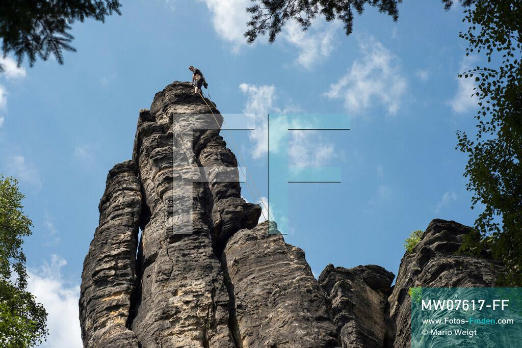 MW07617-FF | Deutschland | Sachsen | Sächsische Schweiz | Bergsteiger im Bielatal. Das Tal mit dem Flüsschen Biela ist das beliebteste Klettergebiet des Elbsandsteingebirges mit über 230 Gipfeln und 3.000 Kletterpfaden.  ** Feindaten bitte anfragen bei Mario Weigt Photography, info@asia-stories.com **