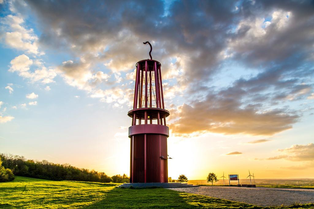 JT-160503-028 | Blick von der Halde Rheinpreussen in Moers, Installation Das Geleucht von Otto Piene, 30 Meter hoher Nachbau einer Grubenlampe, begehbar,