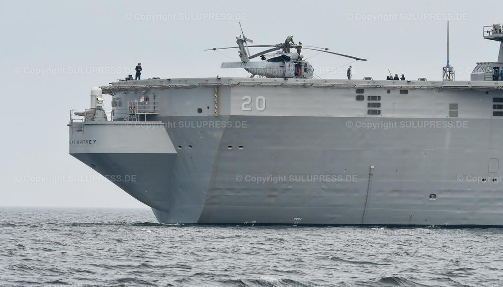 Die USS Mount Whitney in Kiel | 23.06.2016, die USS Mount Whitney (LCC-20), ein Kommandoschiff für die amphibische Kriegsführung der United States Navy und das zweite Schiff der Blue-Ridge-Klasse. Sie ist nach dem Mount Whitney benannt und dient seit 1971 in der US-Marine, seit 2004 gehört das Schiff zum Military Sealift Command. Es ist in Gaeta, Italien, stationiert und dient als Flaggschiff des Kommandeurs der 6. US-Flotte. Das Schiff beim Auslaufen aus Kiel, während des NATO Manövers BALTOPS mit einem Hubschrauber auf dem Deck.