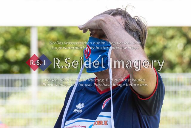 Suchender Blick auf die Tribüne   Jens Martens (Norderstedt, Cheftrainer)