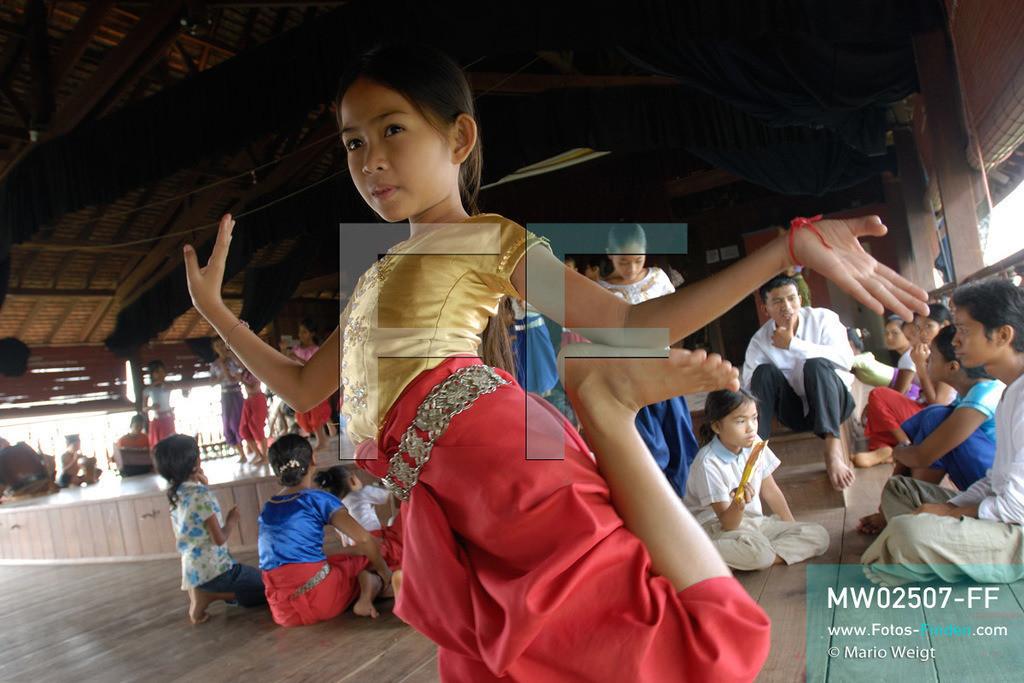 MW02507-FF   Kambodscha   Phnom Penh   Reportage: Apsara-Tanz   Tanzschülerinnen lernen den Apsara-Tanz in einer Tanzschule. Sechs Jahre dauert es mindestens, bis der klassische Apsara-Tanz perfekt beherrscht wird. Kambodschas wichtigstes Kulturgut ist der Apsara-Tanz. Im 12. Jahrhundert gerieten schon die Gottkönige beim Tanz der Himmelsnymphen ins Schwärmen. In zahlreichen Steinreliefs wurden die Apsara-Tänzerinnen in der Tempelanlage Angkor Wat verewigt.   ** Feindaten bitte anfragen bei Mario Weigt Photography, info@asia-stories.com **