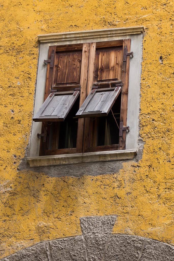 Fensterladen Ockerfarben