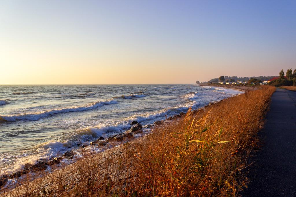 Strand in Booknis   Weg entlang der Ostsee nach Booknis im Herbst