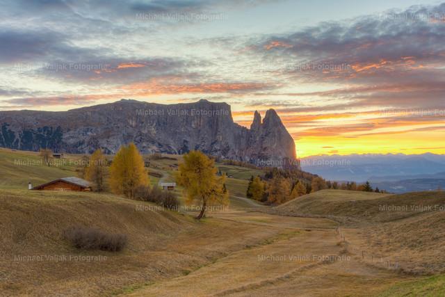 Herbst auf der Seiser Alm | Blick über die Seiser Alm zum Schlern bei einem Sonnenuntergang im Herbst.