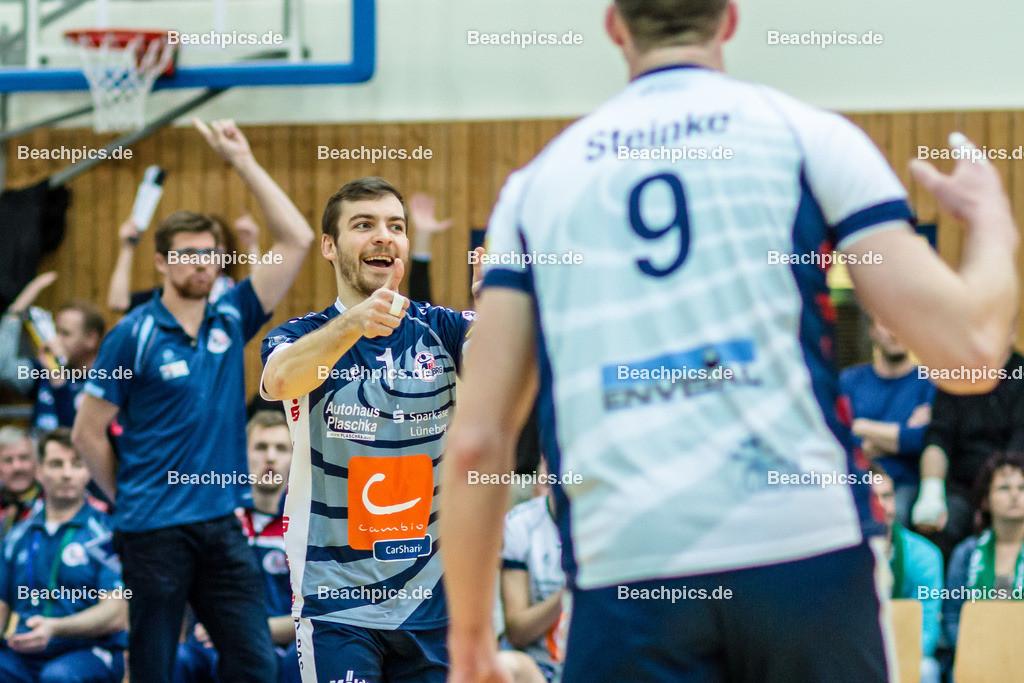 2016_059_BLM_Netzhoppers-Lüneburg | Jubel bei Lüneburger Libero Erik John Mattson (SVG #1 mi) mit Falko Steinke (SVG #9 re) und Stefan Hübner (SVG Trainer li)
