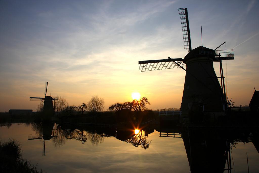 JT-110329-0051 | Windmuehlen in Kinderdijk, 19 historische Muehlen, die wurden fuer die Wasserhaltung an den Fluessen Lek und Noord gebaut wurden, zum Entwaessern des Gelaendes der Alblasserwaard. UNESCO Weltkulturerbe. Kinderdijk, Sued-Holland, Niederlande, Europa. |Historical Windmills in Kinderdijk, Holland, Netherlands.| [ (c) Jochen Tack Fotografie, Ursulastr. 9  45131 E S S E N, phone +49 176 24848423  fax 0201-3107614 e-mail: info@jochentack.com   www.jochentack.com, Konto: D E U T S C H E   B A N K   E S S E N  Nr. 4588539  BLZ 36070050  IBAN: DE87360700240458853900  BIC: DEUTDEDBESS  www.freelens.com/clearing,  Bei Verwendung des Fotos ausserhalb journalistischer Zwecke bitte Ruecksprache mit dem Fotografen!  Veroeffentlichung nur gegen Honorar, Urhebervermerk und Belegexemplar!] [#0,102,121,125#]